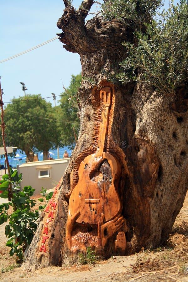 Гитара высекаенная на дереве на пляже Matala на острове Крита стоковая фотография