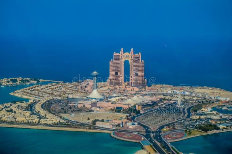 Глаз птицы и воздушный взгляд трутня города Абу-Даби от смотровой площадки стоковые изображения