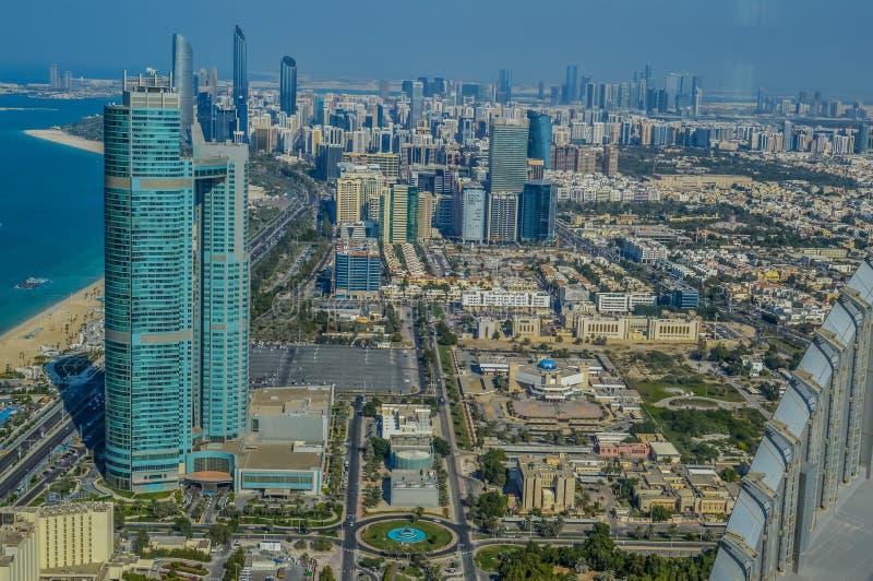 Глаз птицы и воздушный взгляд трутня города Абу-Даби от смотровой площадки стоковое изображение