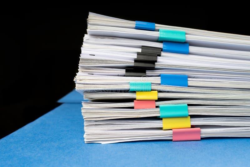 Глумитесь вверх, штабелируйтесь документов бумаг в архивных файлах с бумажными зажимами на столе на офисах, концепции дела скопир стоковые изображения rf