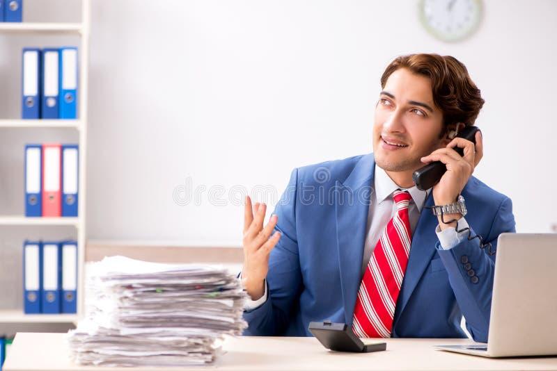 Глухой работник используя слуховой аппарат в офисе стоковое изображение