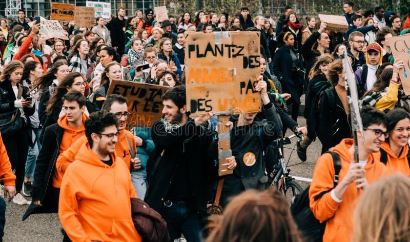 Глобальное движение пятницы на будущее над взглядом людей во время протеста стоковое фото rf