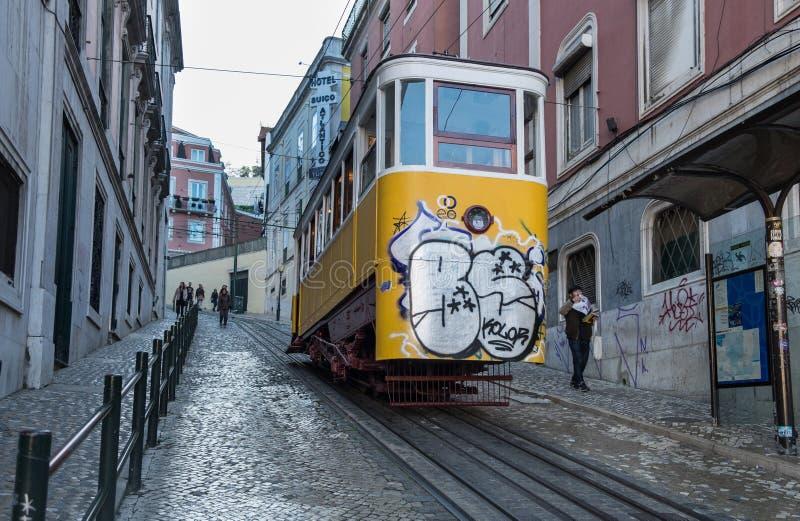 Глория фуникулярное соединяет центр города Pombaline (на квадрате Restauradores) с альтом Bairro lisbon Португалия стоковые изображения rf