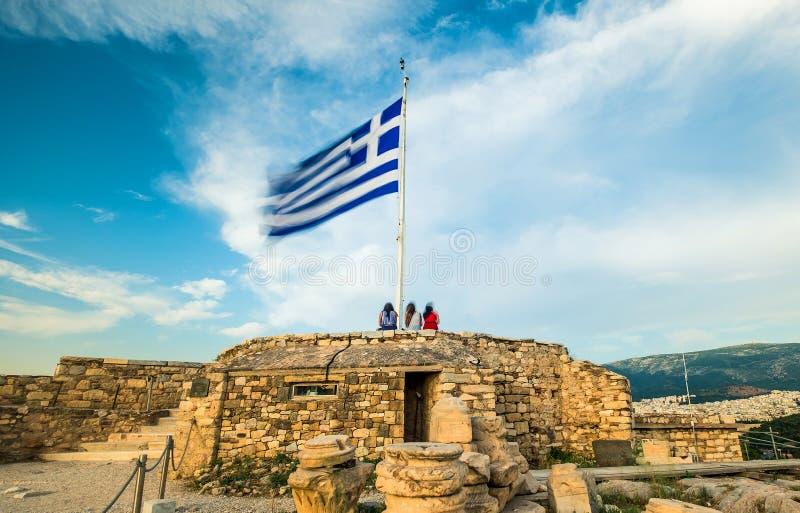Греческий флаг развевая против голубого неба стоковые фото