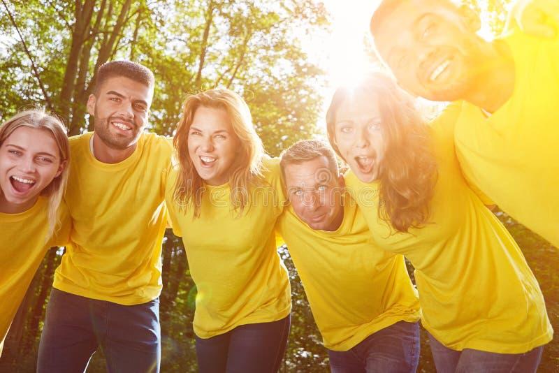 Группа в команде в объятии к мотивации стоковые изображения
