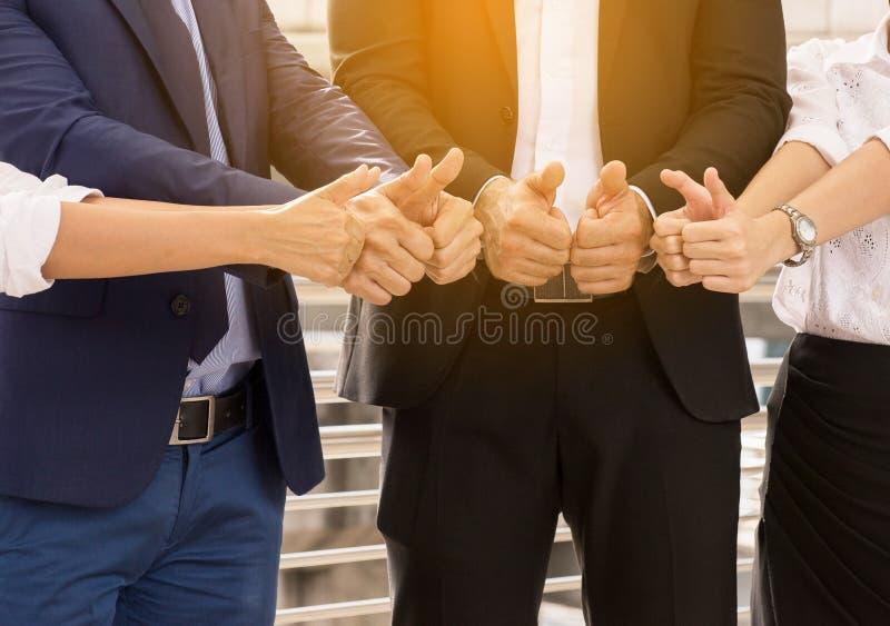 Группа в составе бизнесмены вручает tumb вверх после встречи, представления успеха и семинар тренировать на открытом воздухе стоковая фотография rf