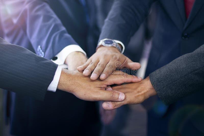 Группа в составе испанские бизнесмены присоединяясь к рукам стоковые фотографии rf
