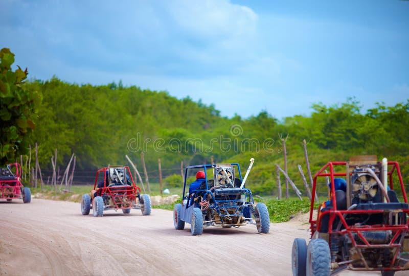 Группа в составе дефектные корабли ехать на пылевоздушной дороге сельской местности во время отключения extrim туристского стоковое изображение rf