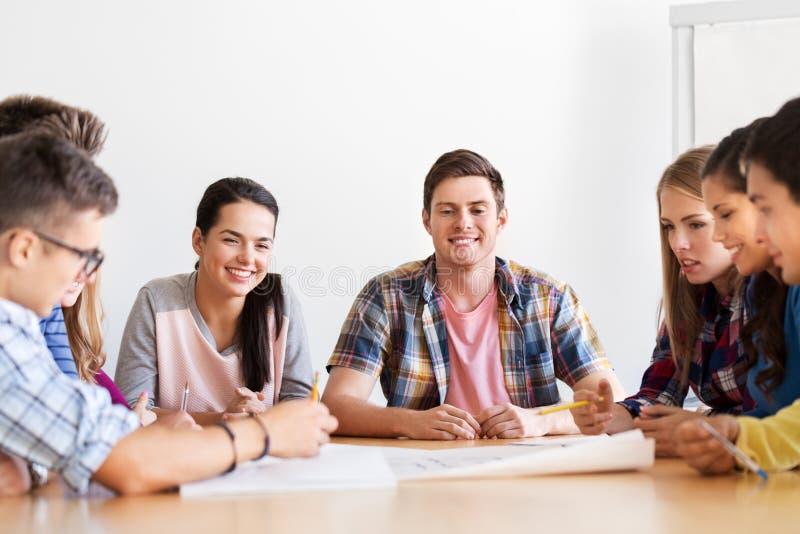 Группа в составе усмехаясь студенты встречая в школе стоковая фотография rf