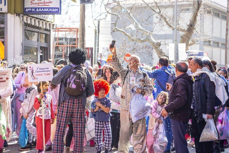 Группа в составе участники парада масленицы в Xanthi, северо-восточной Греции стоковые фото