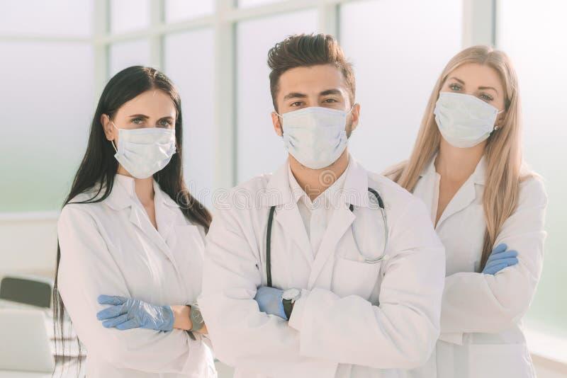 Группа в составе хирурги стоя совместно в медицинском центре стоковое изображение rf