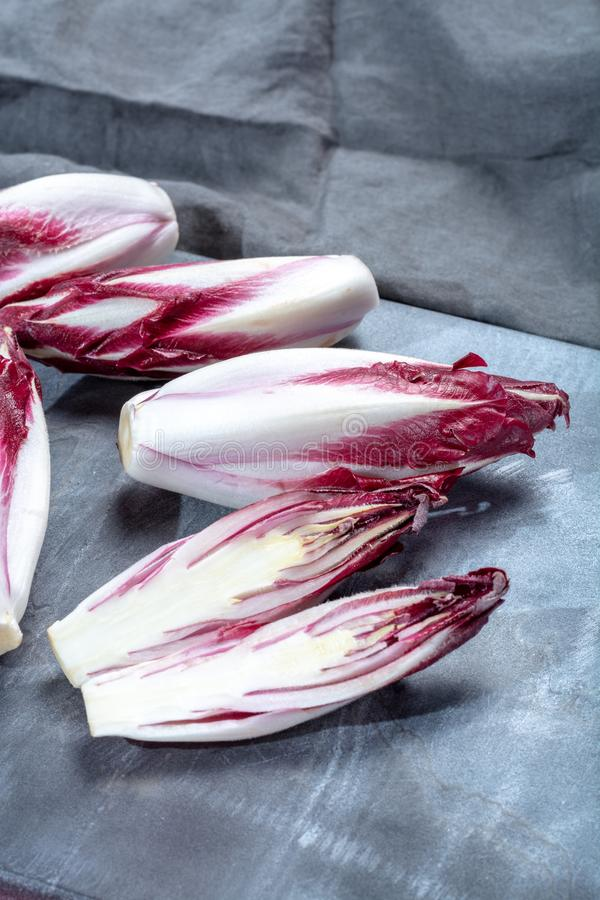Группа в составе овощи свежего красного цикория Radicchio или бельгийского эндивия, также известная как salade witlof стоковые изображения