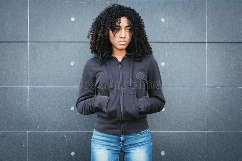 Грустный и сиротливый портрет девушки в городской улице стоковые фотографии rf