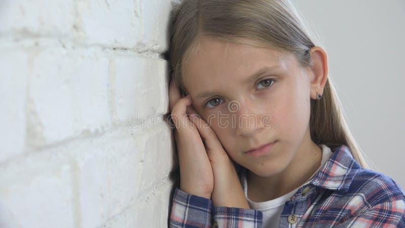 Грустный ребенок, несчастный ребенк, больная больная девушка в депрессии, усиленный внимательный человек стоковое фото rf