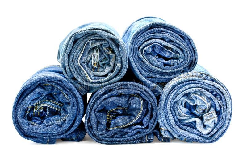 Голубые джинсы крена на белой предпосылке с путем клиппирования стоковые фотографии rf