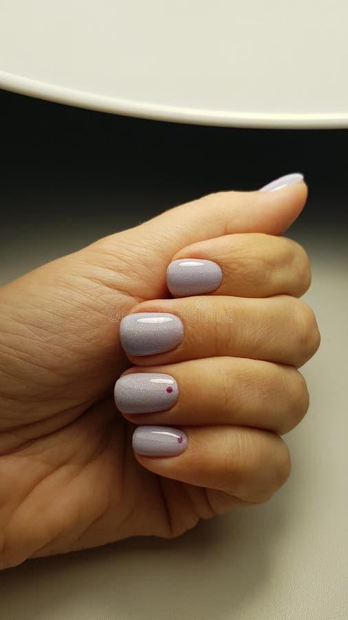 Голубой блеск геля ногтей с минимальным дизайном стоковое фото rf