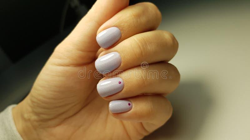 Голубой блеск геля ногтей с минимальным дизайном стоковые фотографии rf