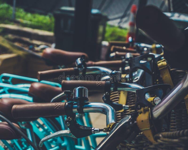 Голубой велосипед на кафе стоковые фотографии rf