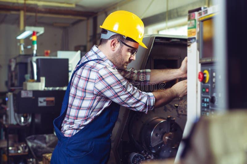 Голова машины CNC изменения работника стоковая фотография