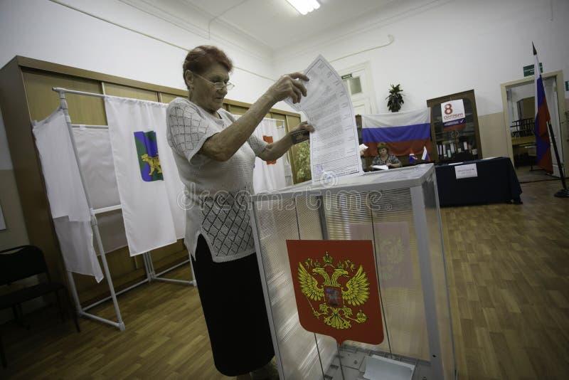 Голосования пожилые женщины в избрании мэра города Владивостока стоковые фотографии rf