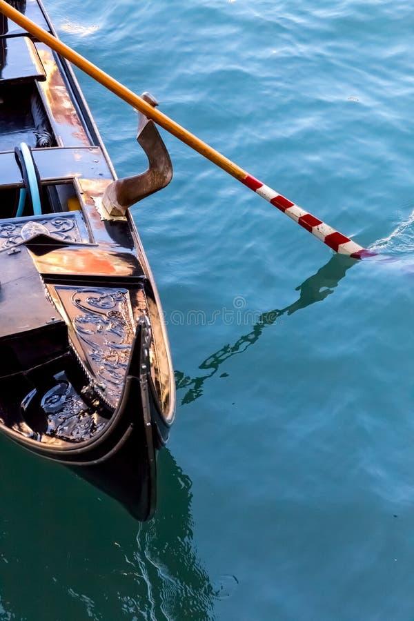 Гондола и красочное весло стоковое изображение
