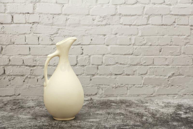 Гончарня, ваза, кувшин белой глины на серой каменной предпосылке Модель-макет гончарни сделанный из белой глины на серой предпосы стоковые изображения rf