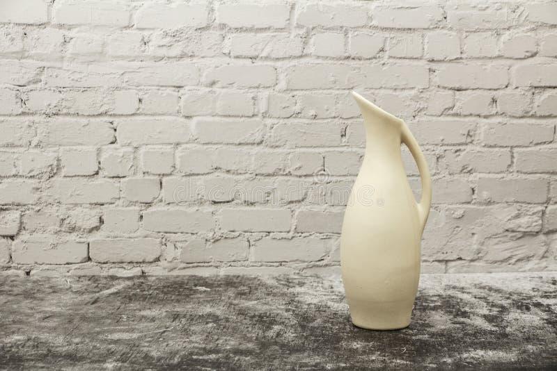 Гончарня, ваза, кувшин белой глины на серой каменной предпосылке Модель-макет гончарни сделанный из белой глины на серой предпосы стоковая фотография rf