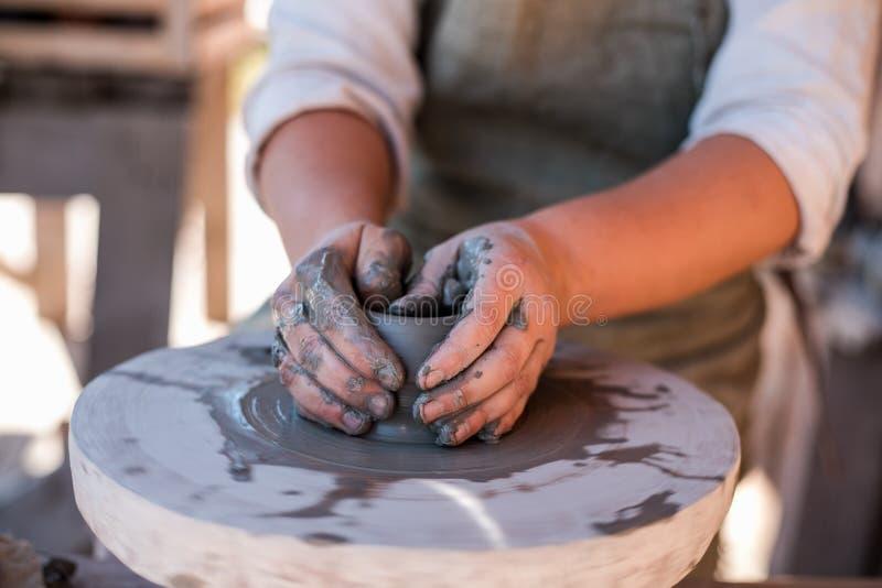 Гончар создает агашко на колесе ` s гончара стоковое изображение