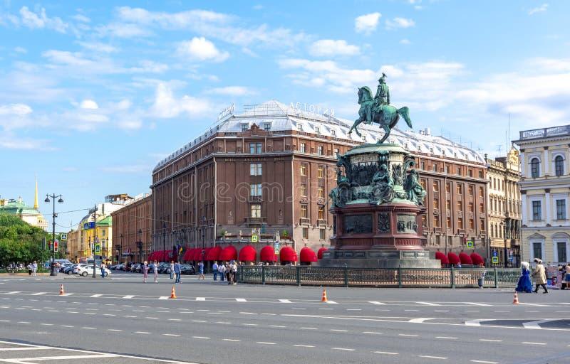 Гостиница Astoria и памятник Николас i на квадрате St Исаак, Санкт-Петербурге, России стоковые фото