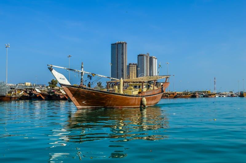 Горизонт города Абу-Даби вдоль пляжа карниза принятого от шлюпки стоковое фото rf
