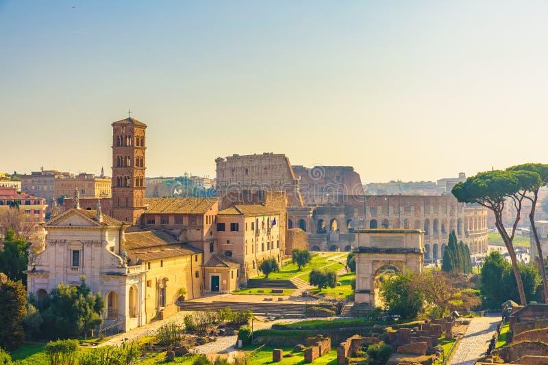 Горизонт города Рима, Италии с ориентирами Colosseum и римский взгляд форума от холма Palatine стоковое фото rf