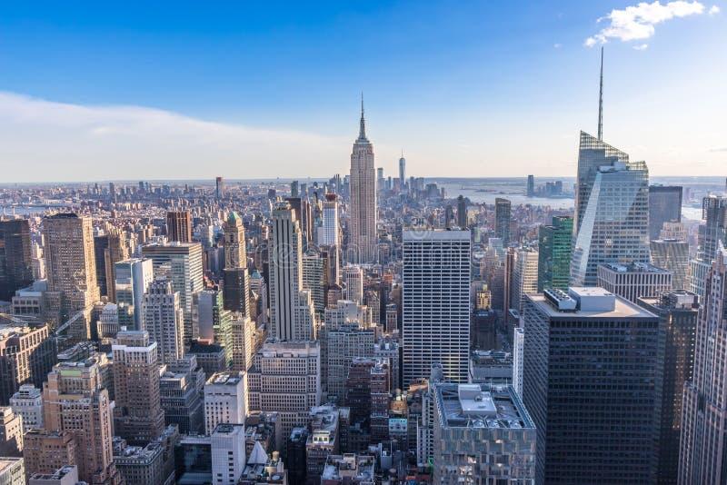 Горизонт Нью-Йорка в центре города Манхэттена с Эмпайр-стейт-билдинг и небоскребами на солнечный день с ясным голубым небом США стоковое изображение rf