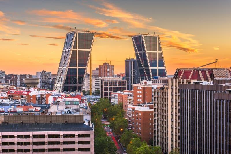 Горизонт района Мадрида, Испании финансовый на сумраке стоковое изображение