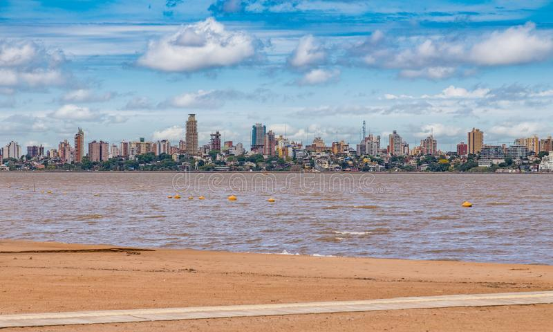 Горизонт Posadas в Аргентине, сфотографированный от пляжа в Encarnacion стоковые фотографии rf