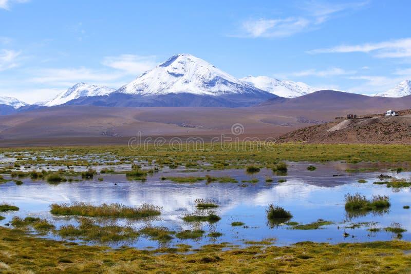 Гористые местности пустыни Atacama вдоль дороги к гейзерам El Tatio, пустыни Atacama, Чили стоковое изображение