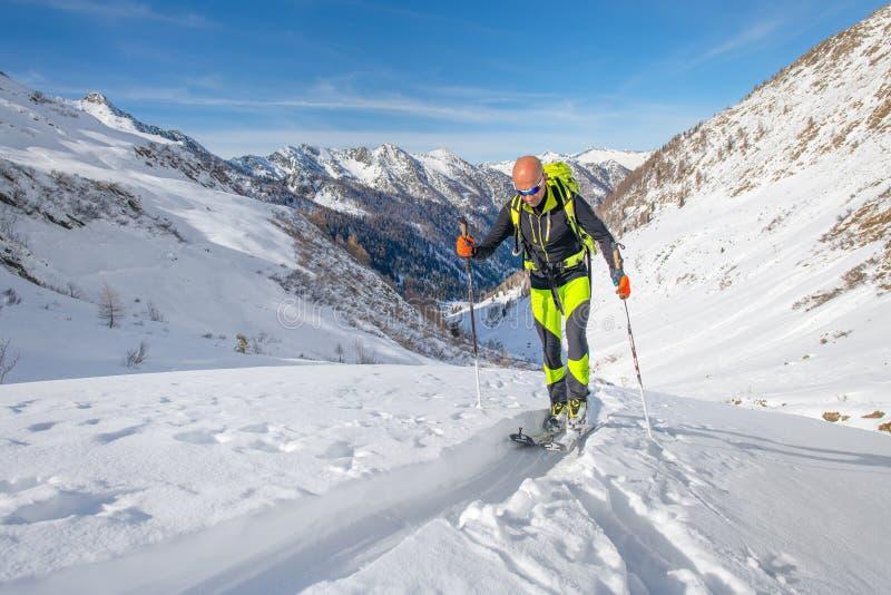 Гористый во время солитарной лыжи путешествуя отключение стоковое изображение rf