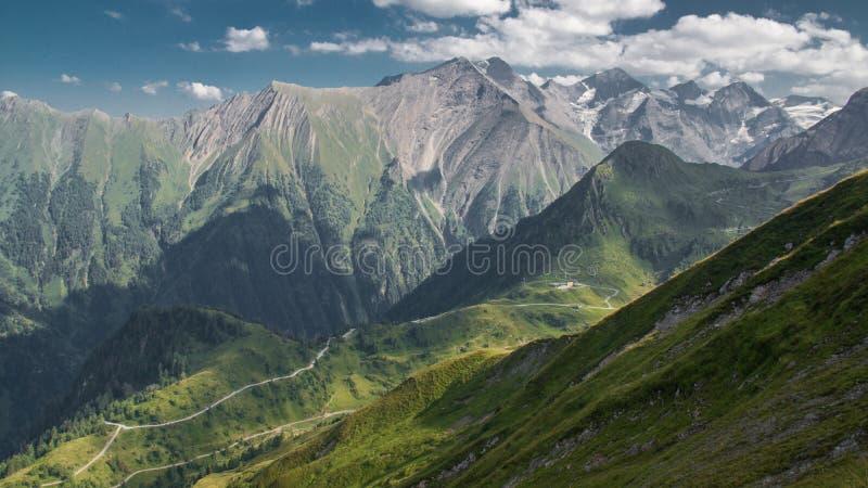 Горные вершины и луг панорамы цепи горы стоковые фотографии rf