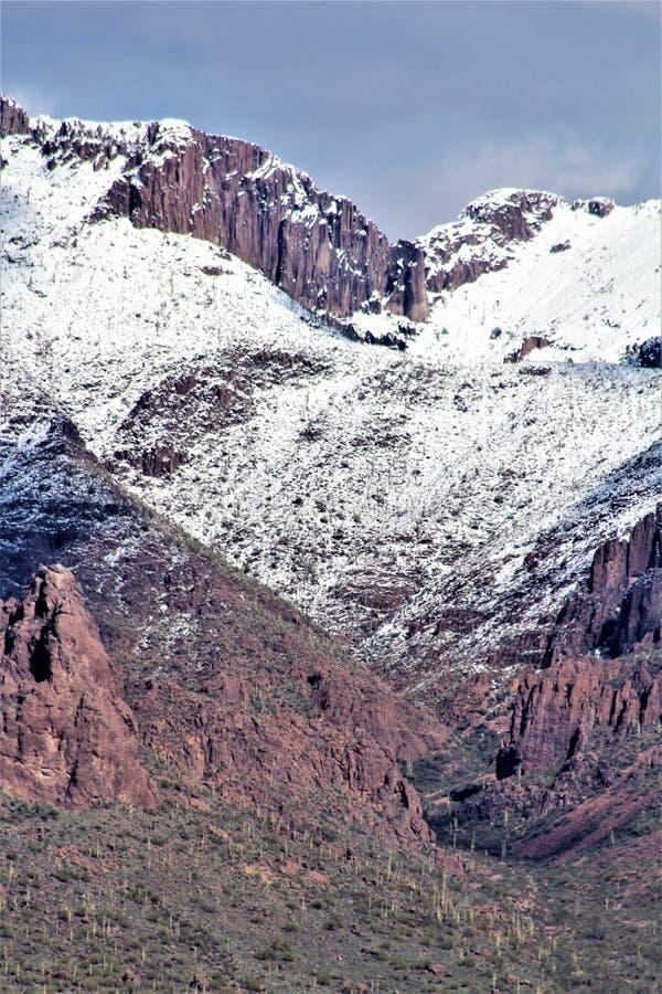 Горы Аризона суеверия, национальный лес Tonto, соединение апаша, Аризона, Соединенные Штаты стоковое фото rf