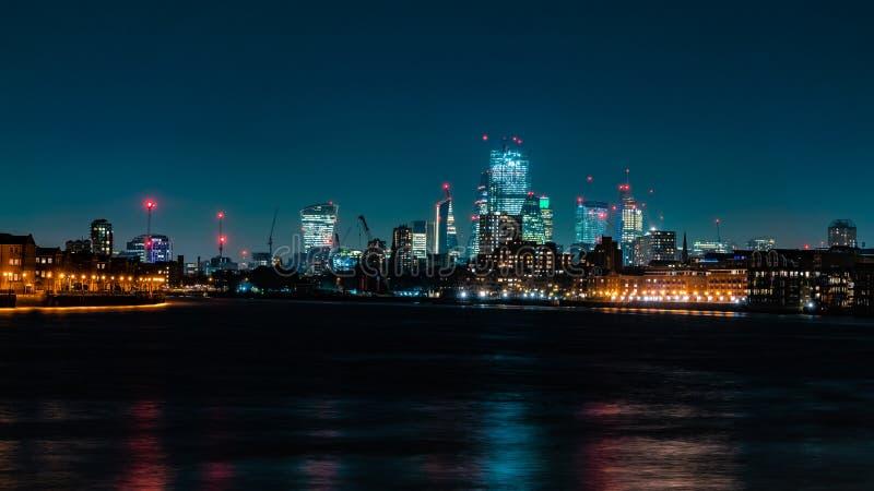 Город горизонта Лондона на ноче стоковые изображения
