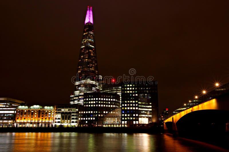 Городской пейзаж Лондона вечером с красочным отражением воды от близко зданиями стоковое фото rf