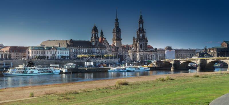 Городской пейзаж Дрездена на Эльбе и мосте Augustus, Дрездене, Саксонии, Германии стоковое изображение rf