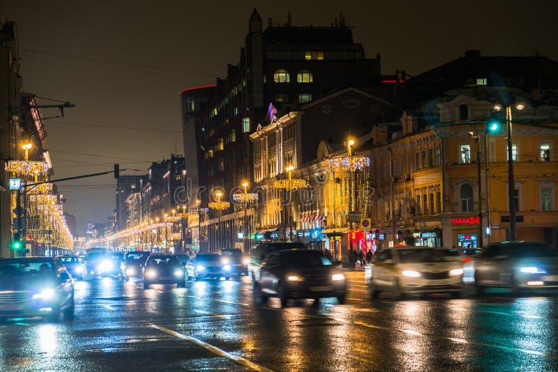 Городской транспорт ночи в гигантской метрополии Предпосылка bokeh города светлая Defocused светофоры ночи стоковая фотография