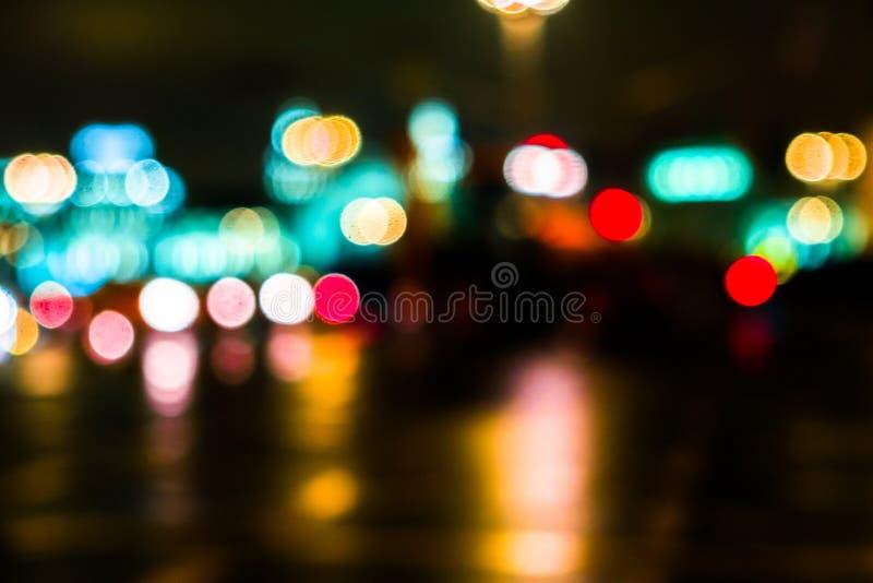 Городской транспорт ночи в гигантской метрополии Предпосылка bokeh города светлая Defocused светофоры ночи стоковая фотография rf