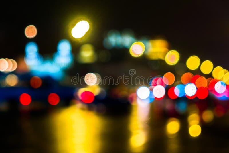 Городской транспорт ночи в гигантской метрополии Предпосылка bokeh города светлая Defocused светофоры ночи стоковые фото