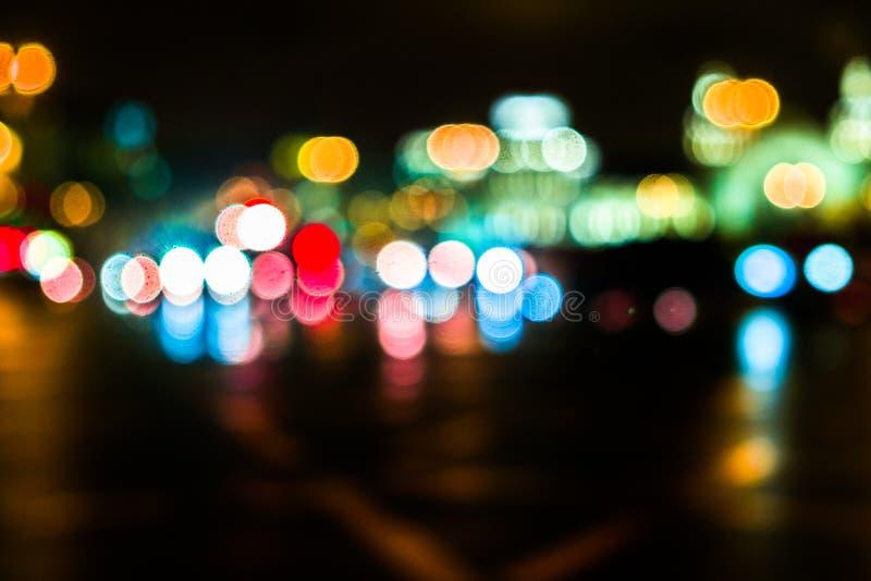 Городской транспорт ночи в гигантской метрополии Предпосылка bokeh города светлая Defocused светофоры ночи стоковые изображения
