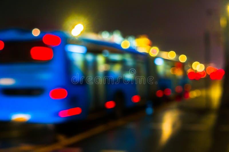 Городской транспорт ночи в гигантской метрополии Предпосылка bokeh города светлая Defocused светофоры ночи стоковое фото