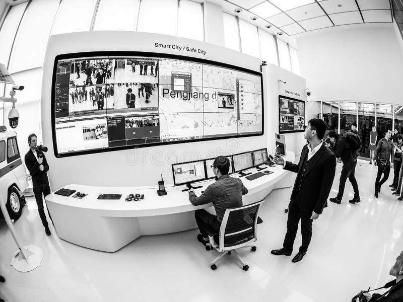 Город стойки демонстрации настоящих моментов менеджера Huawei России умный безопасный стоковые изображения rf