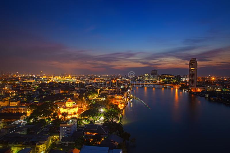 Город Scape Бангкока, ночь Таиланда Панорама Рекы Chao Praya в Бангкоке Взгляд форта Sumen phra с большим дворцом и стоковые фотографии rf