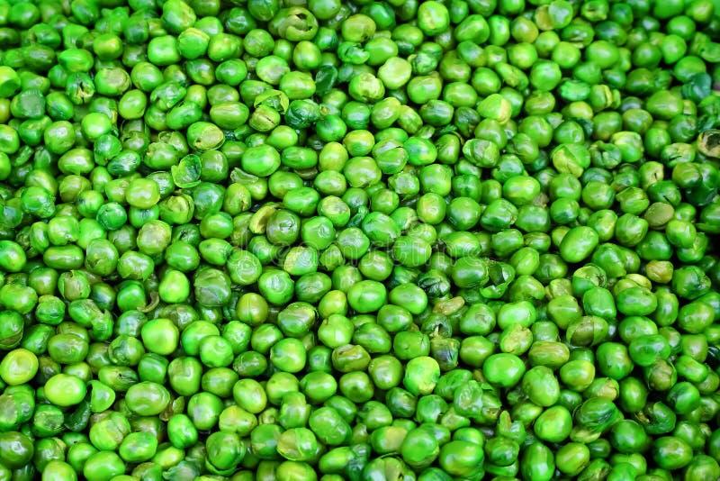Горох сахара взгляда сверху вкусный хрустящий зеленый с посоленной текстурой на предпосылке, глубоко зажаренной до золотого стоковые изображения