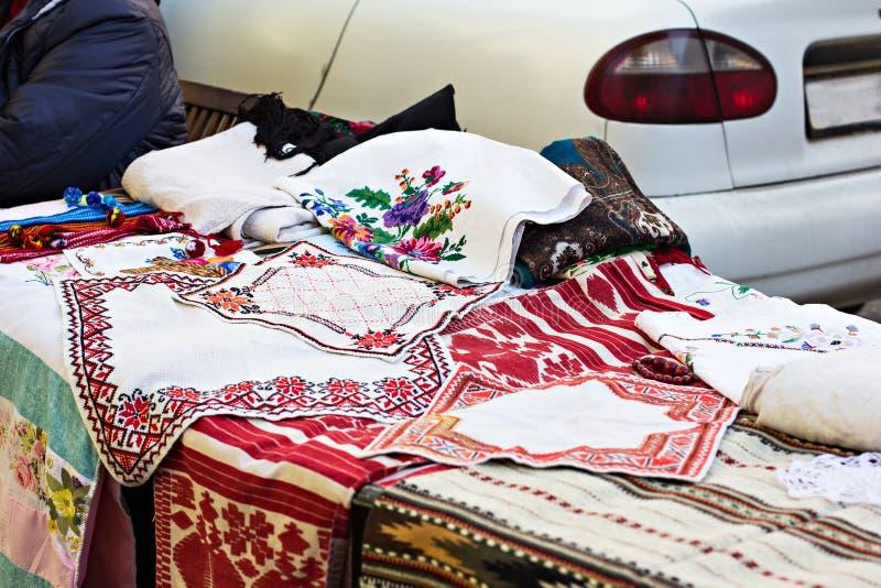 -2018 -го май, Киев, Украина Счетчик с вышитыми полотенцами Украинский сувенир стоковые изображения rf